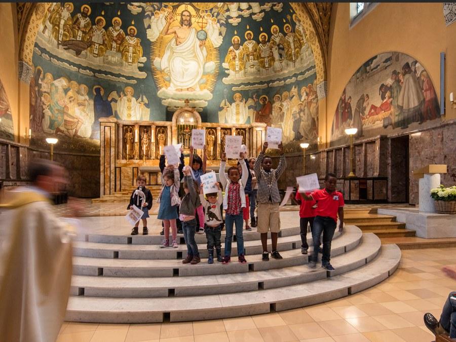 Die englischsprachigen Katholiken feiern in der Kirche St. Anton, Zürich, Gottesdienst. Foto: Peter Knup