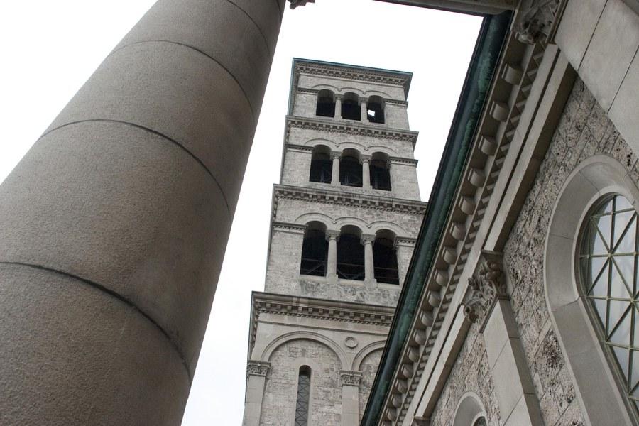 Turm der Liebfrauenkirche im Zentrum Zürichs