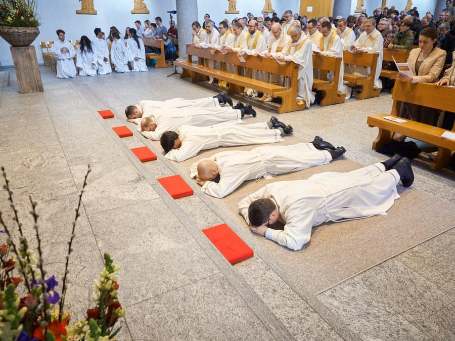 Diakonenweihe in der Kirche Herz-Jesu Zürich Wiedikon.