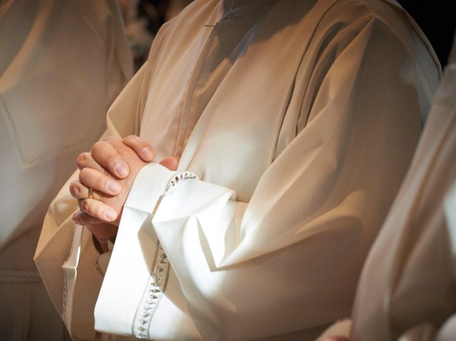 Beim Gebet während der Diakonenweihe