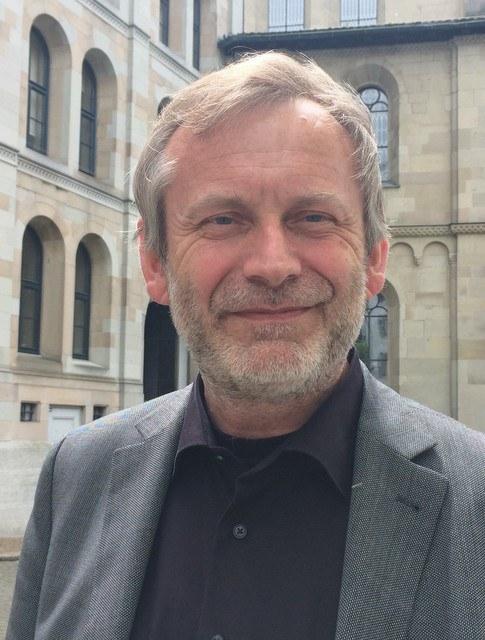 Christoph Sigrist vor dem Grossmünster. Foto: S. Spengler