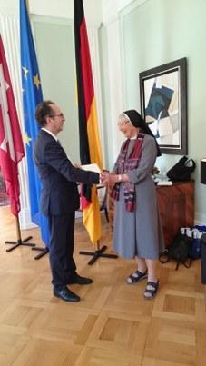 Der deutsche Botschafter Norbert Riedel überreicht Liliane Juchli das Bundesverdienstkreuz | © zVg