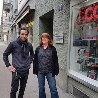 Vor dem Umzug: Kathrin Stutz (Leitung zba) und Dominik Löhrer ( Rechtsdienst) an der Bertastrasse 8 in Zürich. Foto: