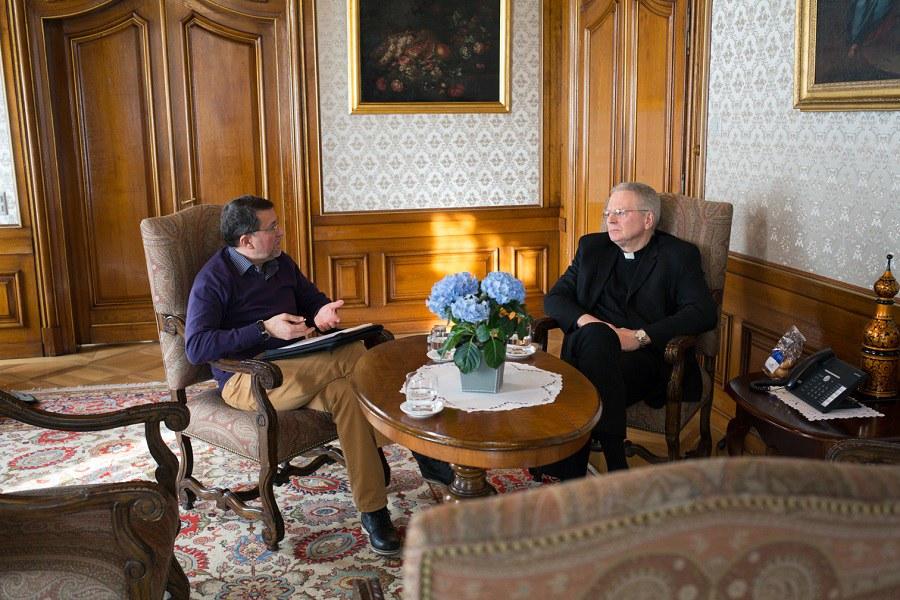 Arnold Landtwing im Gespräch mit Nuntius Gullickson