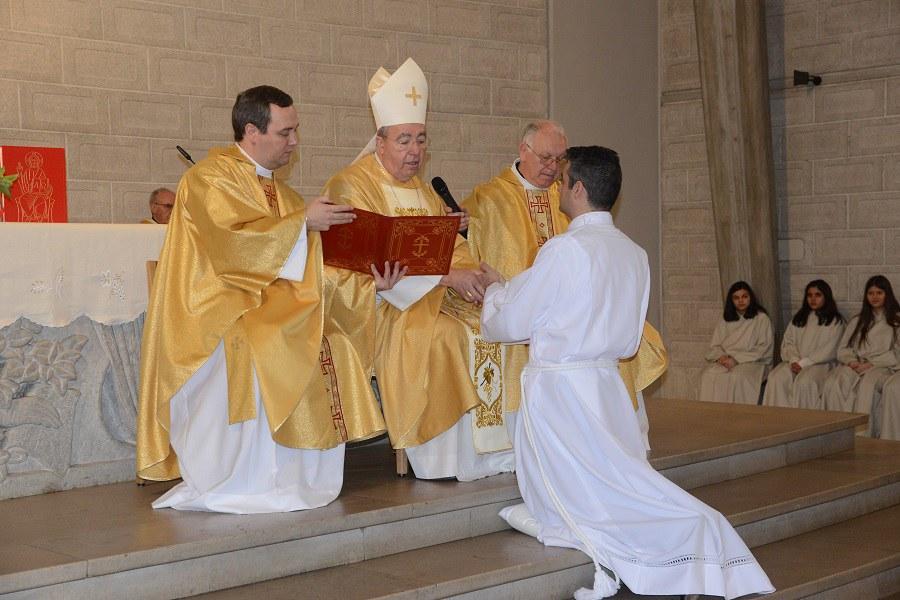 Paulo Costa verspricht dem Erzbischof Gehorsam_FOTO_Adelino Sà