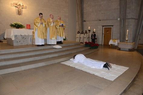 Der Eeihekandidat liegt vor dem Altar, während die Allerheiligenlitanei gebetet wird