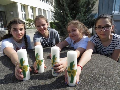 Schülerinnen der Freien Katholischen Schulen Zürich verkaufen die beliebte Heimosterkerze