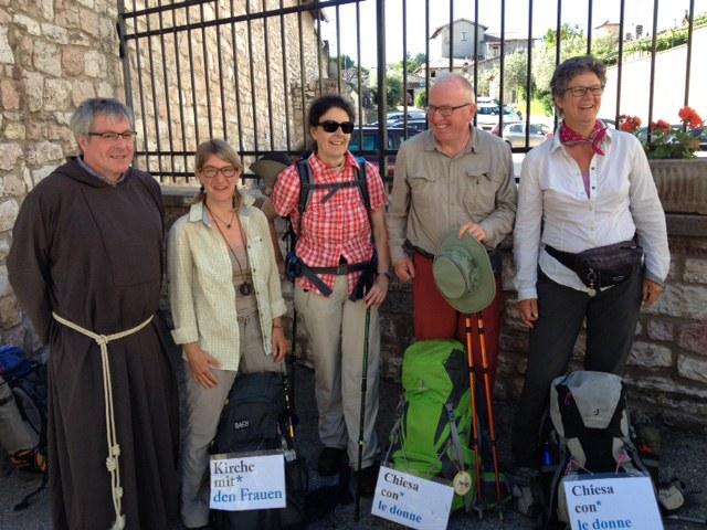 Pilgergruppe mit Priorin Irene in der Mitte.