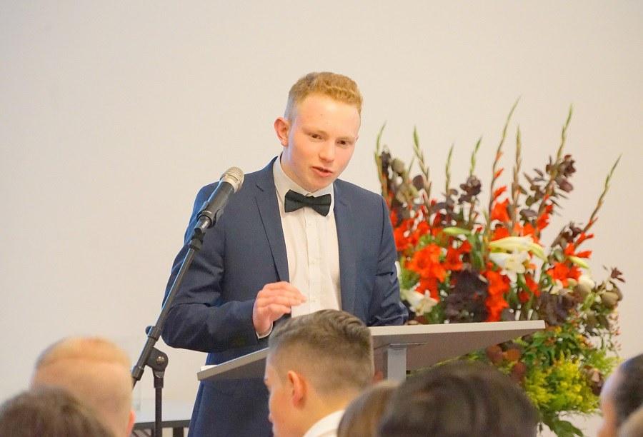 Maturand Samuel Häfliger hielt im Stil eines eloquenten Profis die Dankesrede der Schüler FOTO_Arnold Landtwing