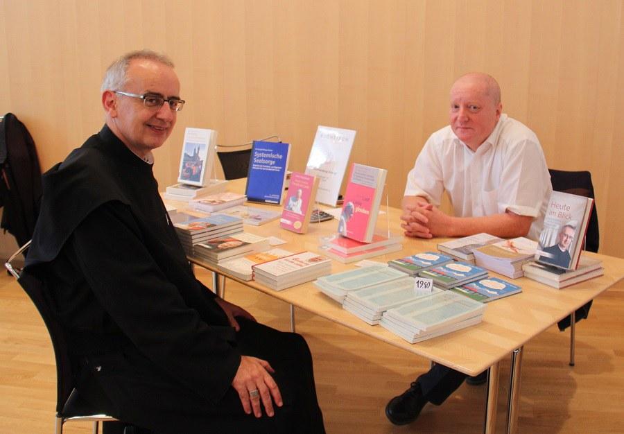 Alt-Abt Martin Werlen im Gespräch mit Buchhändler Bernd Strob