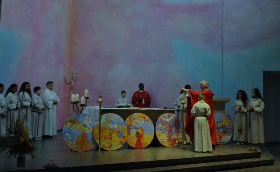Pfarrer Kroiss segnet die Tondi