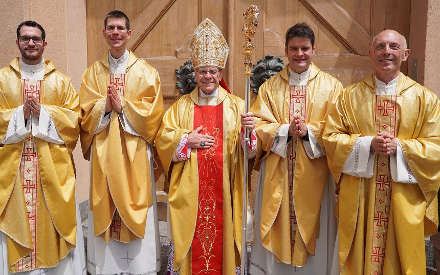 Bischof Vitus Huonder mit vier neugeweihten Priestern