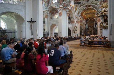 Zürcher Pilgerinnen und Pilger füllten die Klosterkriche bis auf den letzte nPlatz_FOTO_Arnold Landtwing