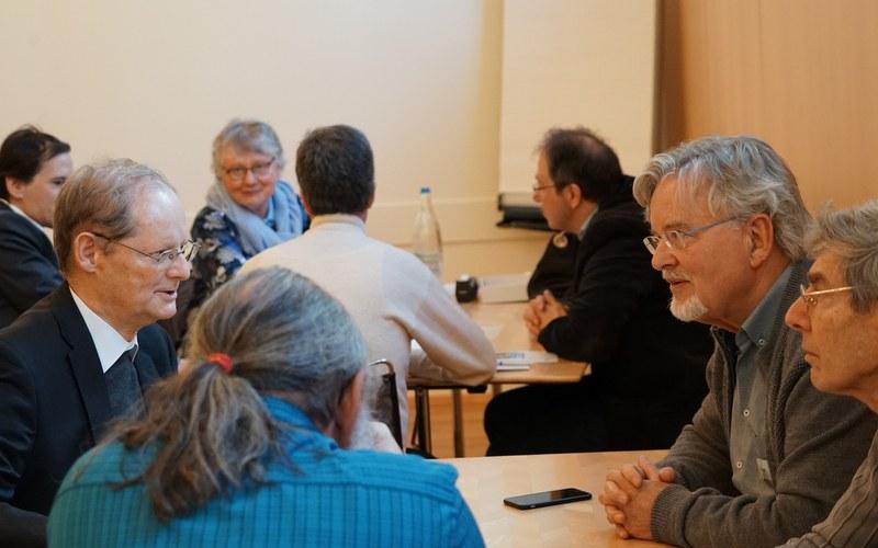 Josef Annen (links vorne) diskutiert Werte in der Gruppe.