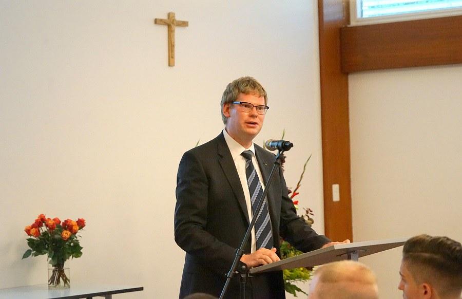 Rektor Martin von Ostheim freut sich: Alle haben die Matura bestanden. FOTO_Arnold Landtwing