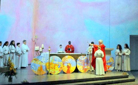 Pfarrer Max Kroiss segnet die Tondi