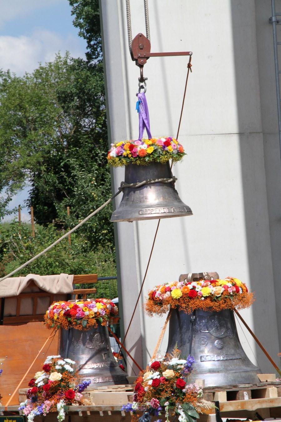 Die erste der vier neuen Bronzeglocken wird den Turm hochgezogen.