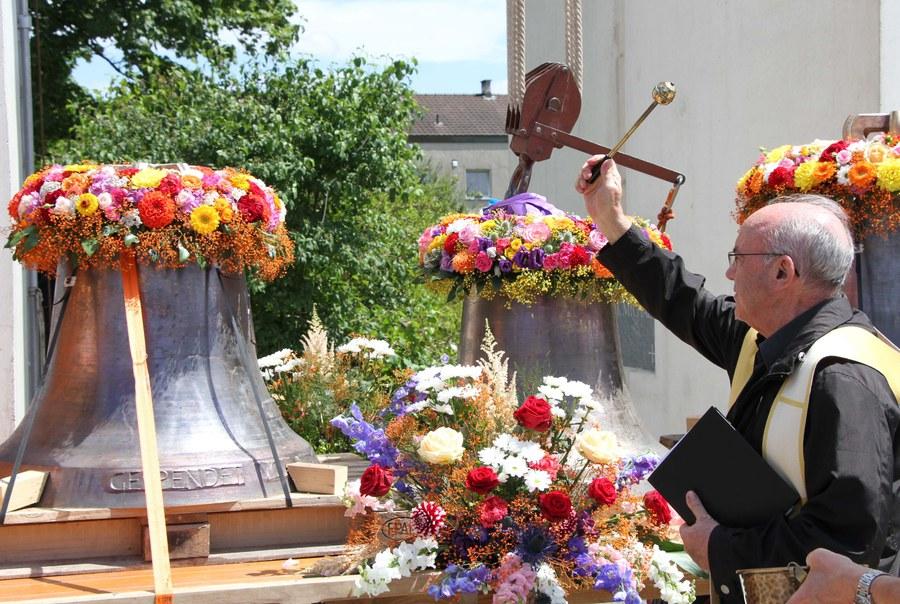 Pfarreiadministrator Luis Capilla segnete die vier neuen Glocken.