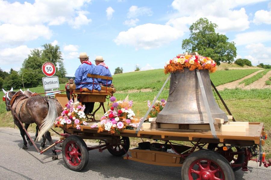 Die blumengeschmückten Glocken wurden von Wangen über Brüttisellen nach Dietlikon gefahren.