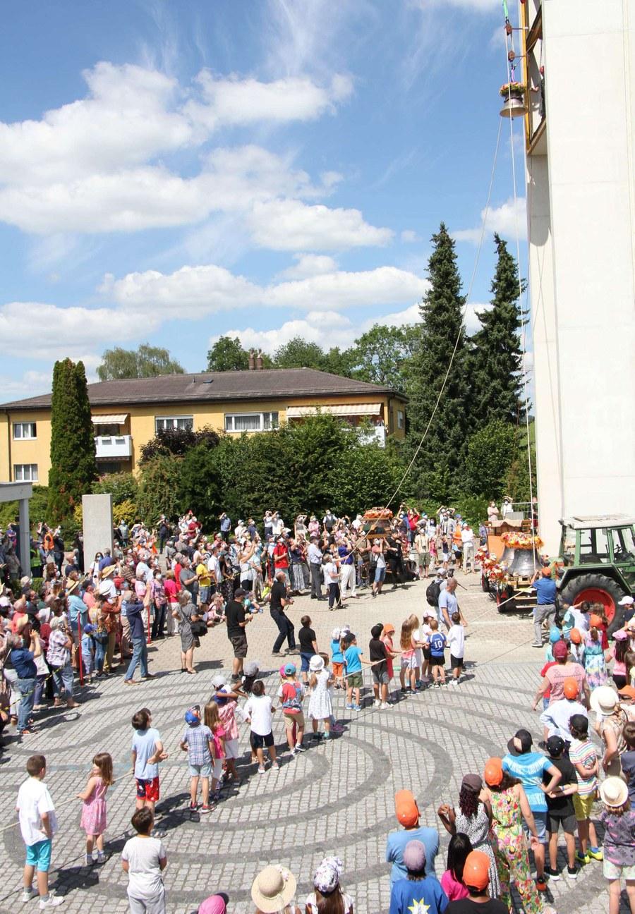 Nach altem Brauch wurden die Glocken von den Kinder aus den Dörfern hochzgezogen.