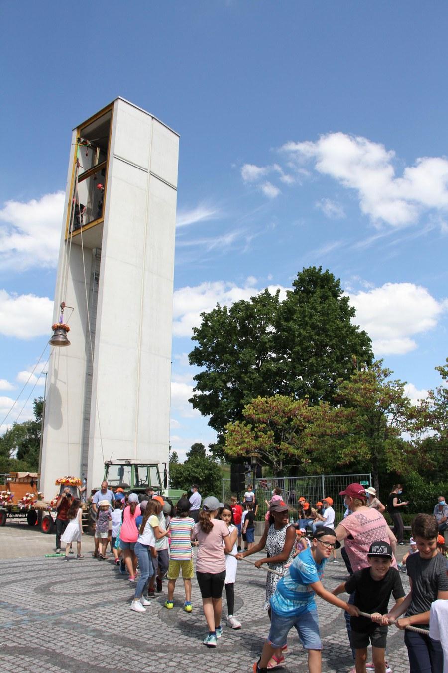 Kinder zogen die Glocken in die Höhe.
