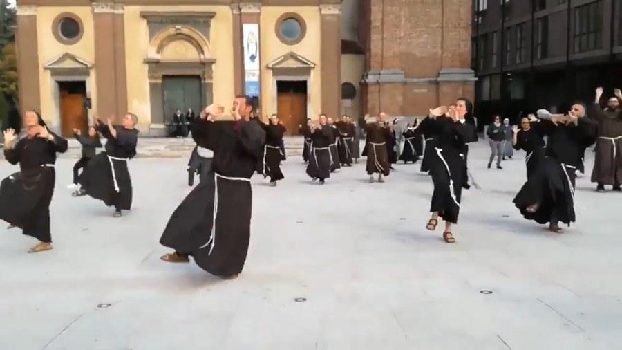 Franziskaner tanzen in Italien