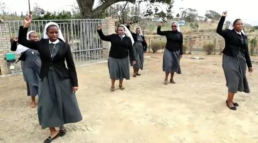 Novizinnen der Daughters of St Francis of Assisi (FSF), Izotsha, Diözese Umzimkulu, tanzen zu «Jerusalema».
