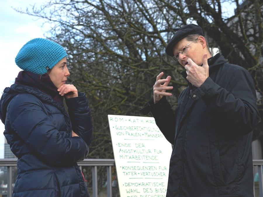 Generalvikar Josef Annen im Gespräch mit Veronika Jehle. Foto: Simon Spengler