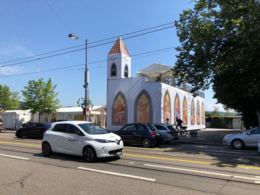 Blick vom Strassenrand auf die Kirche
