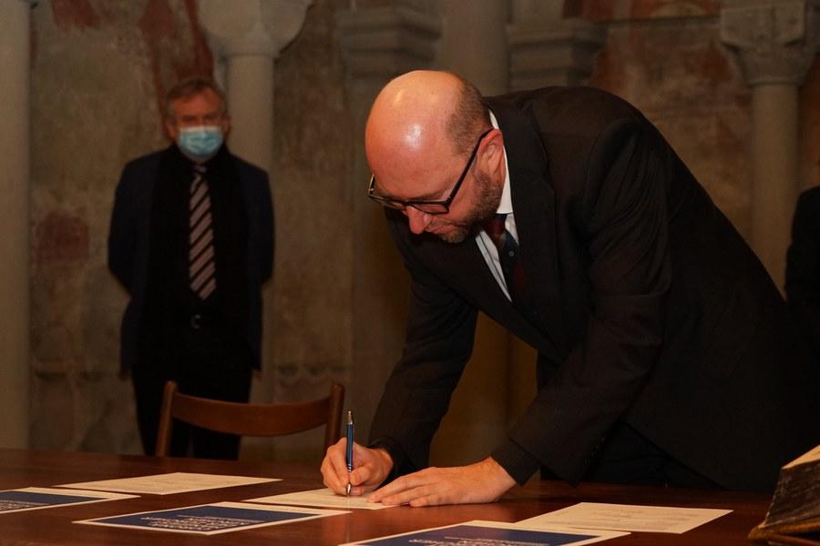 Dekan Marcel von Holzen unterschreibt das Corona-Manifest.