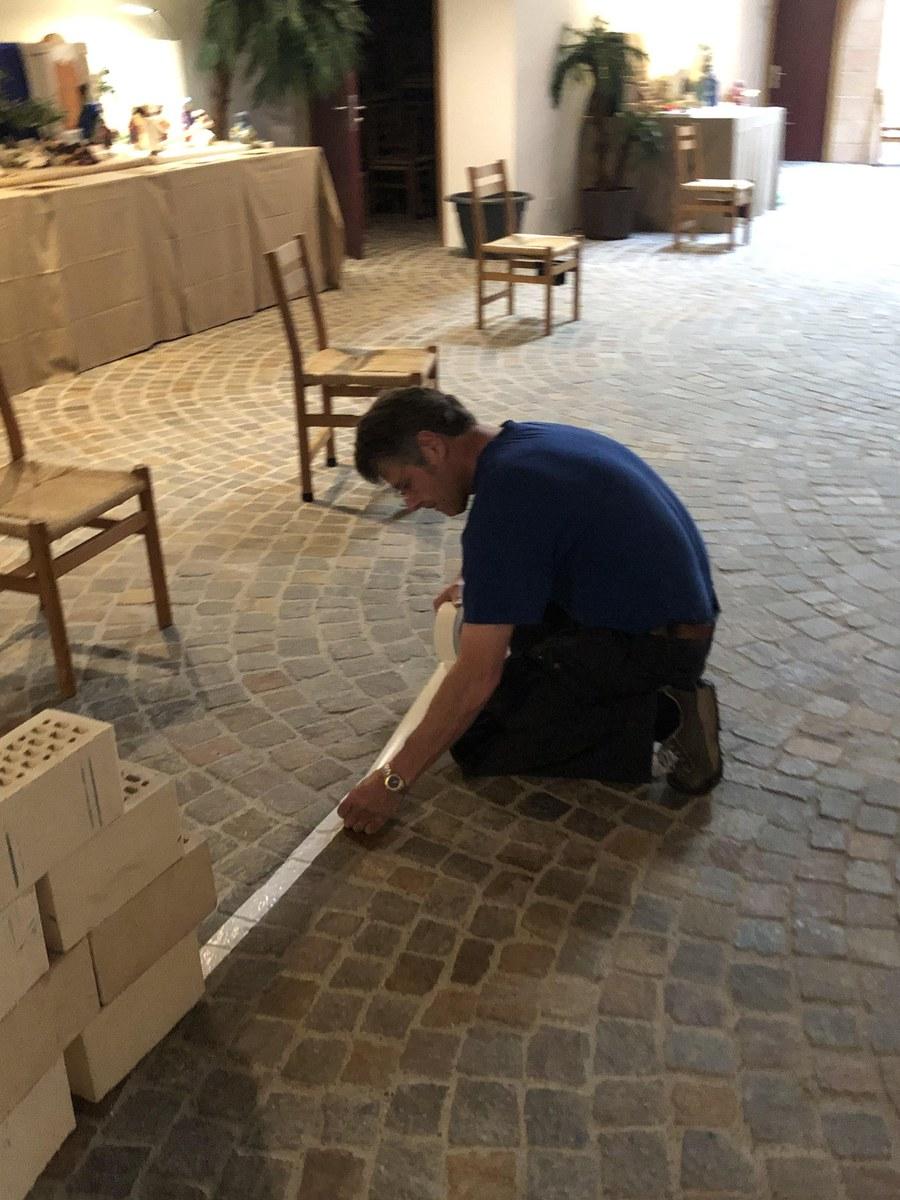 Hauswart Primus Krieger der Pfarrei Kloten bei der Arbeit.