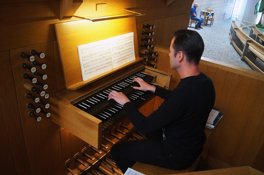 An der Orgel in Christ König Kloten spielt Kristjan Penhofer - diesmal ohne Gemeindegesang.