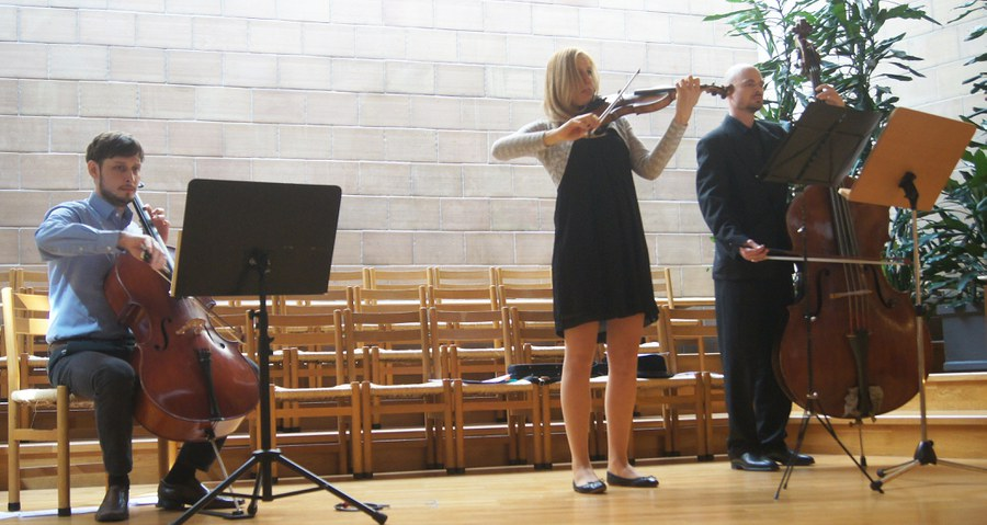 Das Streich-Terzett mit Benjamin Coyte (Violincello), Laura Klimmek (Violine) und Christian Hamann (Bass) begleitete den Gottesdienst in Kloten.
