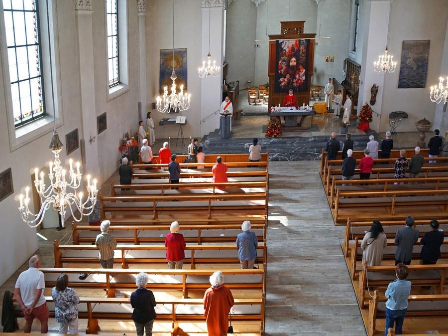 Kirche St. Felix und Regula in Thalwil beim Pfingstgottesdienst.