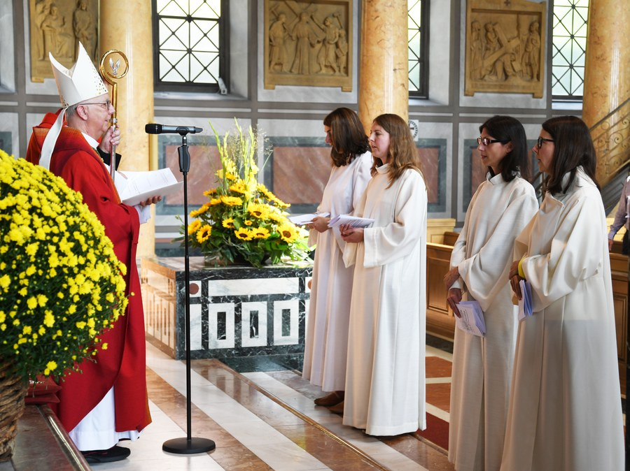 Weihbischof Marian Eleganti beauftragt vier Frauen zum Dienst als Seelsorgerinnen. Foto: Ernst Langner