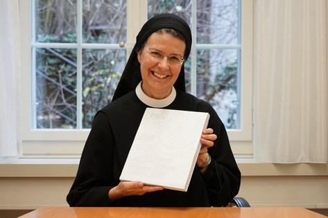 """Priorin Irene Gassmann freut sich über das gelungene Buch """"Ein weiter Weg - 1200 Kilometer für eine Kriche mt den Frauen"""" Foto:Arnold Landtwing"""