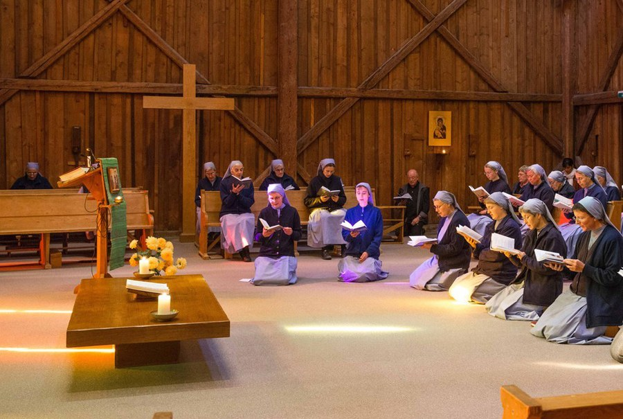 soeurs-priere-chapelle-opt-resized.jpg