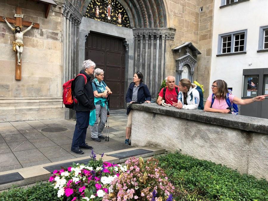 PilgerInnen bei der Kathedrale am Ziel