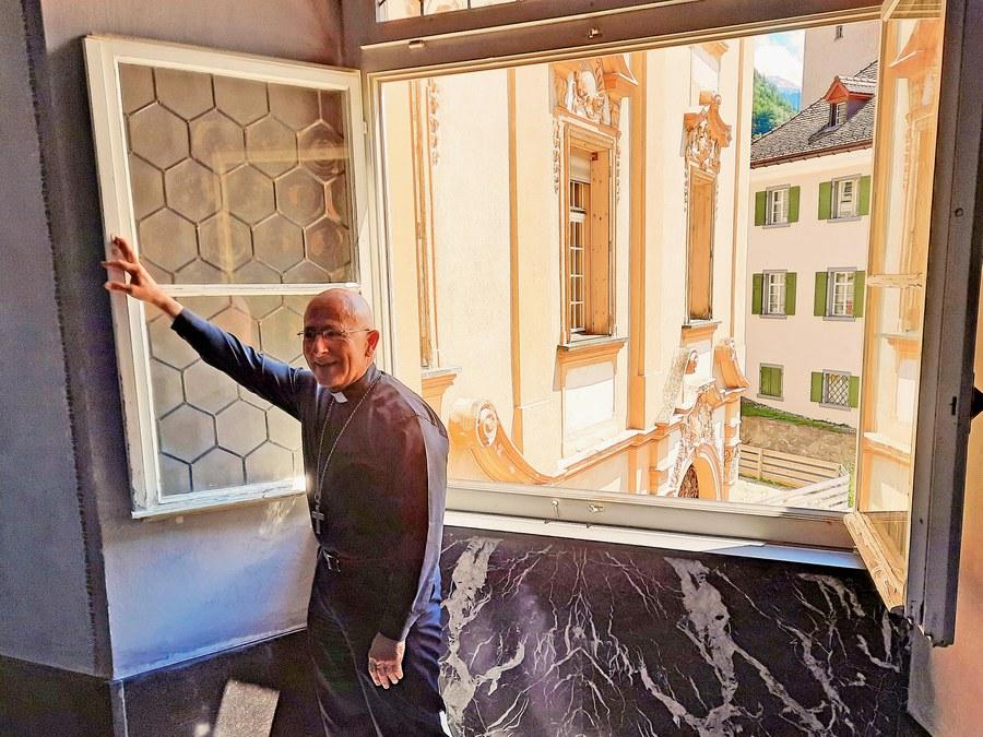 Bischof öffnet Fenster des Hofs.jpg