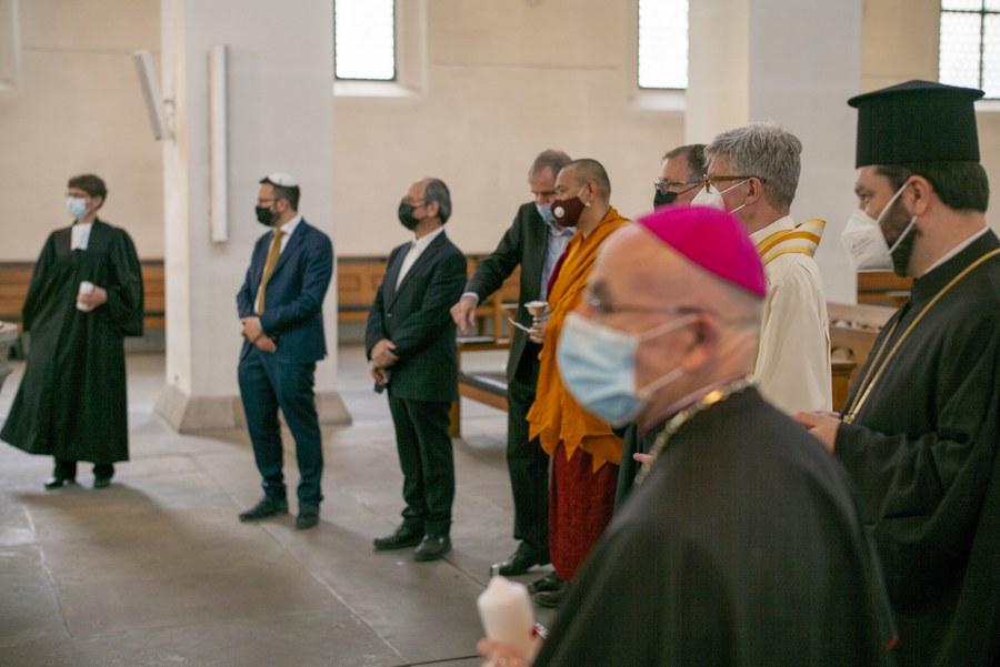 Generalprobe für den interreligiösen Kerzenakt. Fotos Simon Spengler
