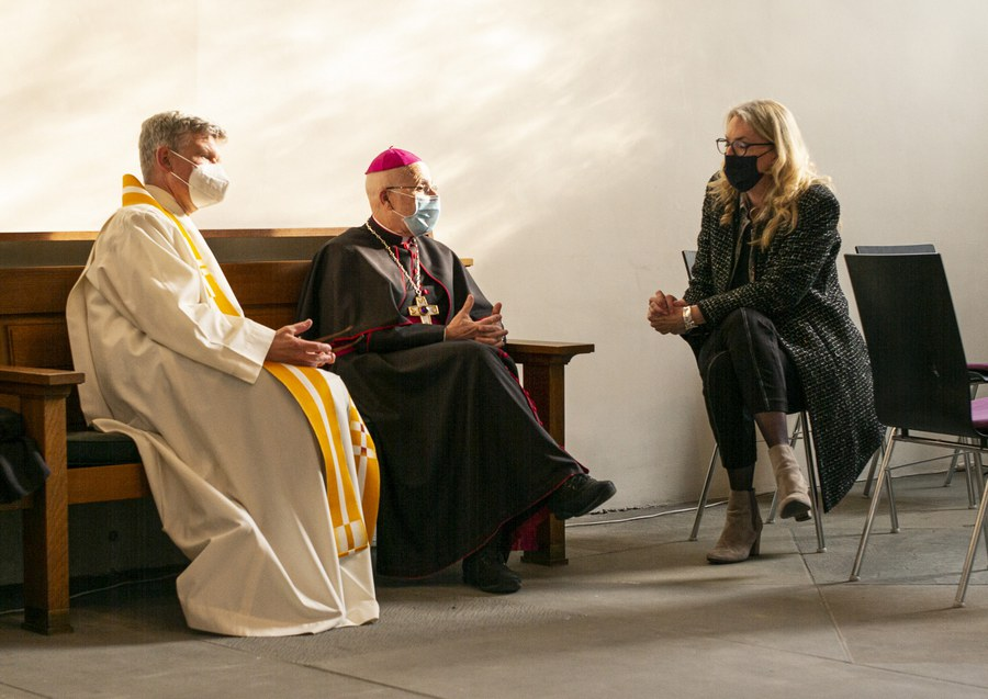 Im trauten Zwiegespräch (von links): Lars Simpson, christkatholischer Pfarrer; Joseph M. Bonnemain, Bischof von Chur und Franziska Driessen-Reding, Synodalratspräsidentin