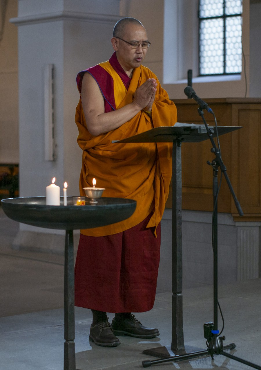 Abt Geshe Thupten Legmen beim Kerzenakt