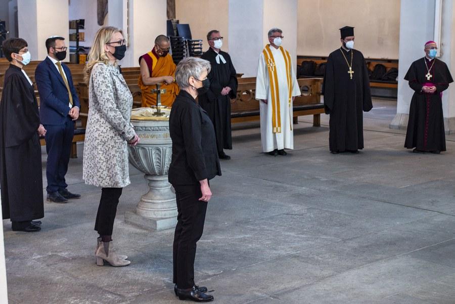 Vertreterinnen und Vertreter des Interreligiösen Runden Tisches mit Regierungsrätin Jacqueline Fehr (vorne)