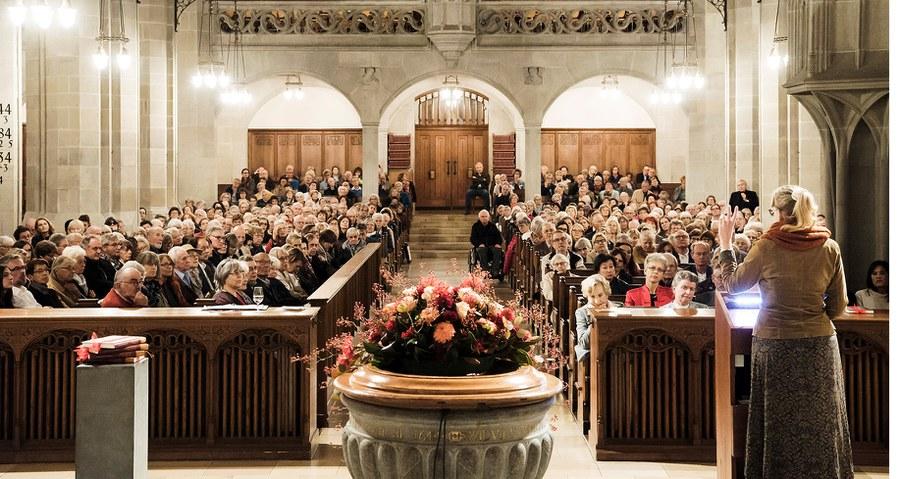 Synodalratspräsidentin Franziska Driessen-Reding bei ihrem Grusswort in der vollen Fraumünsterkirche