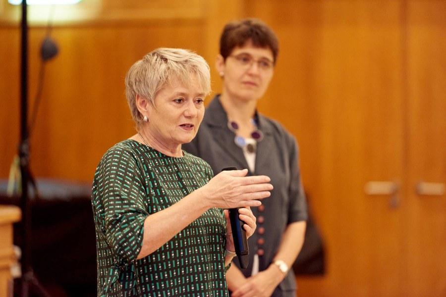 Regierungsrätin Jacqueline Fehr (vorne) und Pfarrerin Bettina Lichtler, Präsidentin der AGCK Zürich. Foto: Gion Pfander
