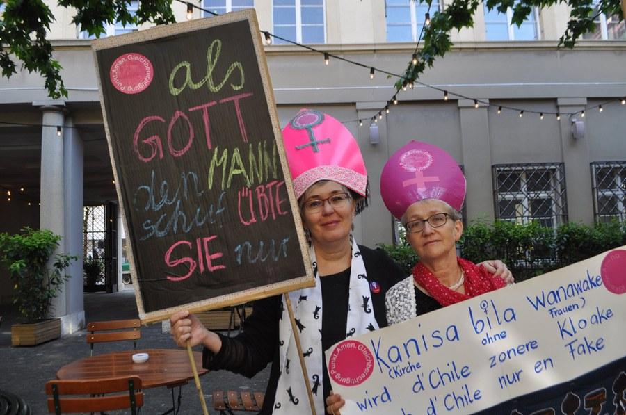 Aargauer Kirchenfrauen demonstrieren mit Mitra, Foto: zVg