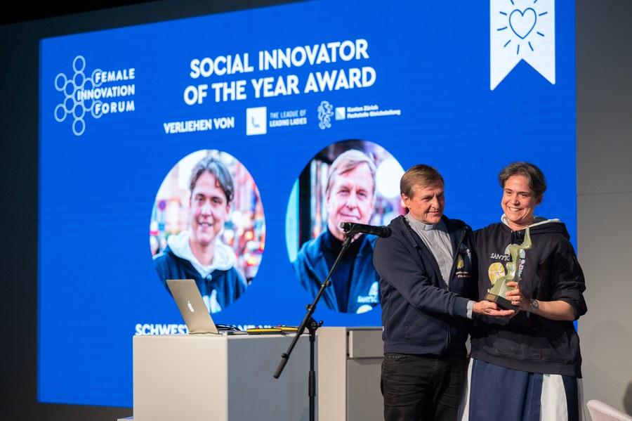 Sr. Ariane und Pfr. Karl Wolf bei der Preisverleihung. Foto: Female Innovation Forum/Tomek Gola