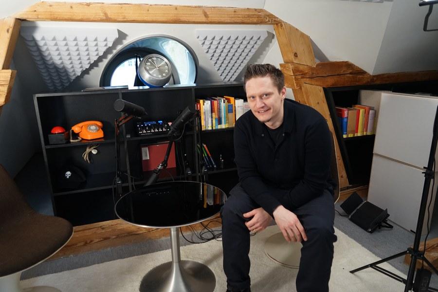 Theologe Jütte im Studio unterm Dach.