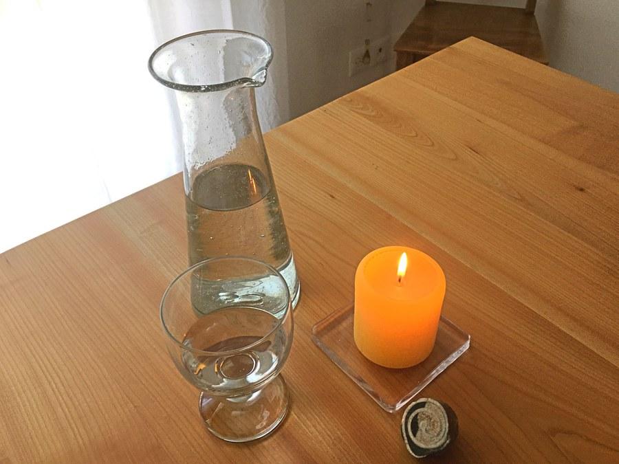 Wasserkrug und Kerze zur Besinnung. Foto: Monika Schmid