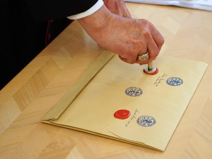 ...mit allen notwendigen Stempeln und Unterschriften